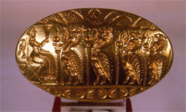 A rityal scene is depicted in the bezel, where four lion-headed daemons approach a female deity